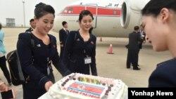 중국 언론이 지난 5월 북한 평양과 중국 산둥성 지난 시 구간을 운항한 고려항공 직항노선을 비중있게 소개했다. 고려항공 스튜어디스들이 지난공항에 도착해 케이크를 받는 모습. (자료사진)