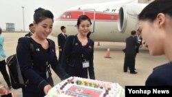중국 언론이 지난달 31일 북한 평양과 중국 산둥성 지난 시 구간을 운항한 고려항공 직항노선을 비중있게 소개했다. 고려항공 스튜어디스들이 지난공항에 도착해 케이크를 받는 모습.