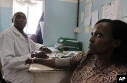 Tabitha Kioko, 40 ans, mère de trois enfants, et porteuse du VIH depuis 2006, est examinée dans une clinique Nairobi, au Kenya, le 30 november 30, 2011