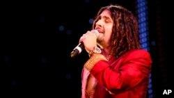 Ca sĩ nổi tiếng của Bollywood Sonu Nigam trình diễn tại lễ trao giải châu Á ở London, Anh, ngày 26/10/2010.