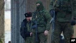 크림반도의 수도 세페로폴에 있는 의회 건물 바깥에서 경계 중인 신원불명의 군인 (자료사진)