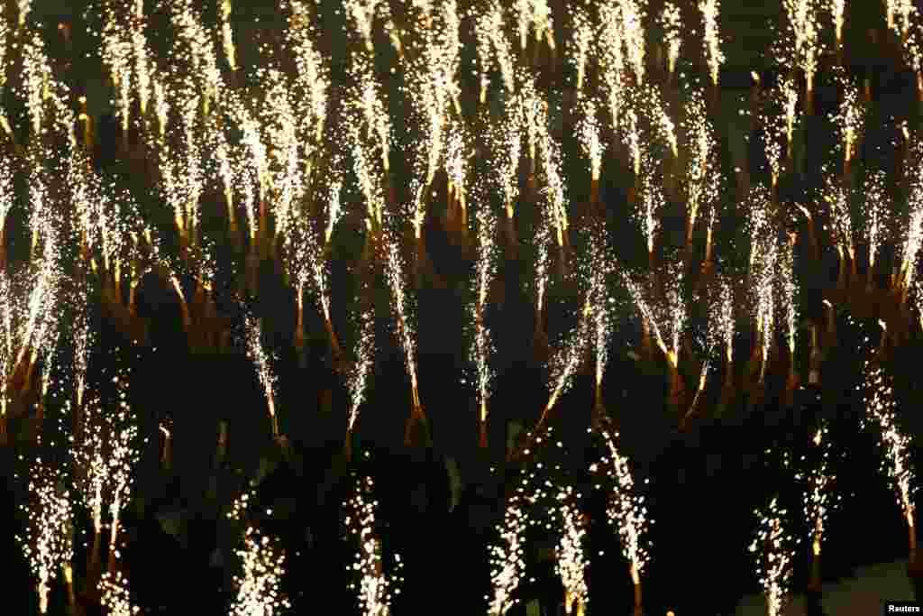 Học sinh cầm pháo hoa biểu diễn trong lễ khai mạc SEA Games 27 tại Naypyitaw. Myanmar đăng cai tổ chức SEA Games lần đầu tiên trong hơn 40 năm.