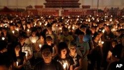 Hàng nghìn người Hong Kong đổ ra công viên Victoria để tưởng nhớ nạn nhân vụ thảm sát Thiên An Môn.
