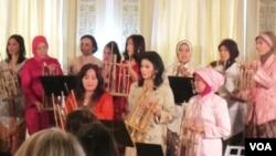 Isteri Dubes RI, Rosa Djalal (tengah baju kuning) dan kelompok House of Angklung Washington DC menyambut para tamu undangan dengan alunan musik angklung lagu Bengawan Solo (24/1).