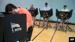 Para pemilih AS memberikan suara dalam pemilu sela d i Columbus, negara bagian Ohio, Selasa (3/11).