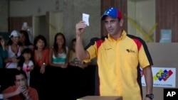 El lider opositor Henrique Capriles muestra su voto durante las elecciones municipales del domingo.