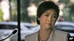 Trong lúc Thủ tướng Thái Lan Yingluck Shinawatra rời bục phát biểu, các nhà báo trông thấy bà ứa nước mắt.