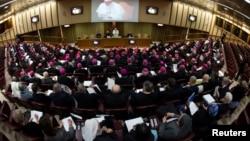 프란치스코 교황이 21일 바티칸에서 열린 세계 주교회의 개막실에서 연설하고 있다.