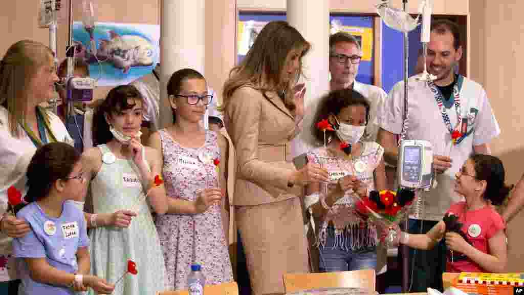 Melania Trump avec des jeunes patients à l'hôpital reine Fabiola à Bruxelles le 25 mai 2017.