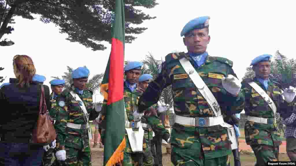 Des soldats du Bangladesh au cours d'une cérémonie de déploiement des Casques bleus dans le camp Npoko à Bangui, 15 septembre, 2014.