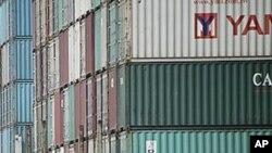 堆在上海港口附近的貨櫃箱(資料照片)