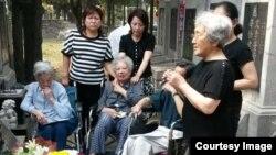 2016年6月4日,部分六四难属在北京万安公墓祭奠 27年前遇难亲人。(图片由天安门母亲提供)