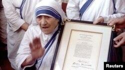 Мать Тереза cо свидетельством о предоставлении почетного гражданства США