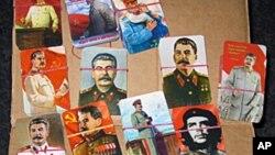 俄罗斯共产党集会中的斯大林和列宁像