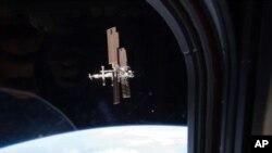 ႏုိင္ငံတကာ အာကာသစခန္းကုိ Atlantis အာကာသယာဥ္ေပၚကေန ၂၀၁၁ ခုႏွစ္ ဇူလုိင္လ ၁၉ ရက္ေန႔က ရုိက္ယူထားပုံ။