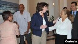 Roberta Jacobson, centro, desayunó con siete disidentes cubanos y ambas partes expresaron sus diferencias y preocupaciones sobre el futuro en La Habana.