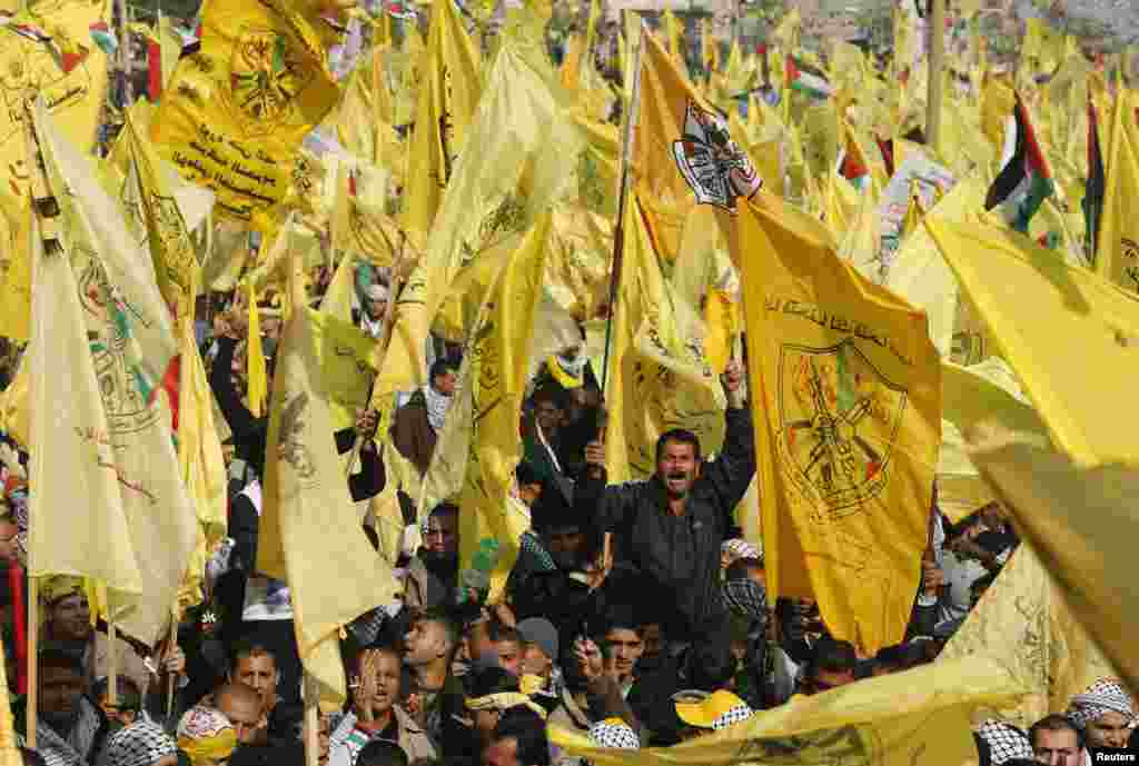 Palestinians take part in a rally marking the 48th anniversary of the founding of the Fatah movement, in Gaza City, January 4, 2013.