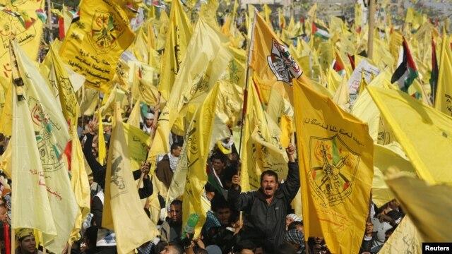 Para pendukung kelompok Fatah melakukan rapat umum di Jalur Gaza untuk memperingat Hari Jadi kelompok Fatah ke-48, Jumat (4/1).