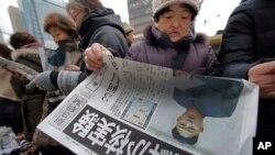 12일 북한이 3차 핵실험을 강행한 가운데, 일본 도쿄에서 핵실험에 관한 호외 신문을 읽는 독자들.