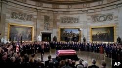 布什前总统的灵柩摆放在国会圆形大厅