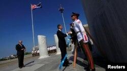 28일 쿠바 하바나를 방문한 필립 해먼드 영국 외무장관(가운데)이 쿠바의 독립투사 호세 마르티 기념비에 헌화하고 있다.