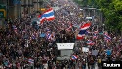 反政府抗议者游行走向泰国财政部大楼。(2013年11月25日)