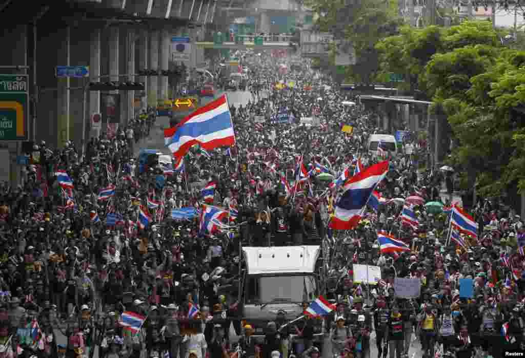 Anti-government protesters march toward Thailand's Finance Ministry in Bangkok, Nov. 25, 2013.