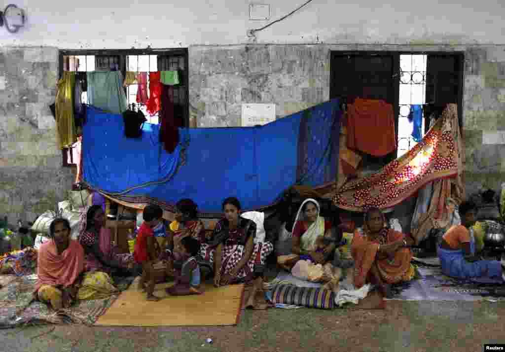 Para warga di sebuah gedung pernikahan setelah mengungsi dari rumah untuk berlindung dari Topan Phailin yang semakin mendekati negara bagian Odisha (12/10).