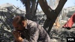 Seorang warga Libya termenung di lokasi serangan udara NATO di kota Surman (20/6).