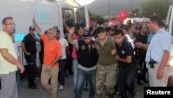 被怀疑参与未遂政变的土耳其士兵被警察押着抵达一家法院.(2016年7月17日)