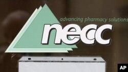 Pintu masuk kantor produsen obat steroid, New England Compounding di Framingham, Massachusetts (4/10). Pihak berwenang menutup perusahaan ini terkait meluasnya penyakit meningitis fungi yang diduga kuat akibat suntikan steroid yang tercemar.