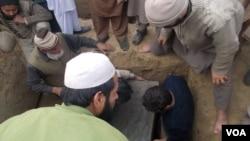 17일 파키스탄 페샤와르에서 학교 테러 희생자 장례식이 치뤄지고 있다.