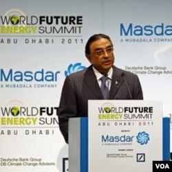 President Asif Ali Zardari berbicara pada KTT di Abu Dhabi, Senin 17 Januari 2011.