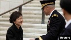 Tổng thống Hàn Quốc Park Geun-hye (trái) đặt vòng hoa tại Mộ Chiến sĩ Vô danh ở Nghĩa trang Quốc gia Arlington, ngày 6/5/2013.