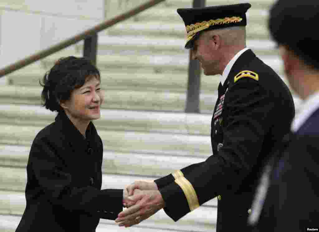 South Korean President Park Geun-hye (L) prepares to leave after presenting a wreath at the Tomb of the Unknowns at Arlington National Cemeterynear Washington, May 6, 2013.