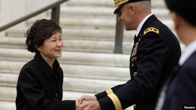 South Korean President Park Geun-hye (L) prepares to leave after presenting a wreath at the Tomb of the Unknown Soldier at Arlington National Cemetery near Washington, May 6, 2013.
