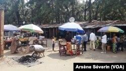 Les réfugiés rwandais, ici au camp de Kintele, redoutent de rentrer, le 15 juin 2020. (VOA/Arsène Séverin)