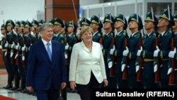 Germaniya Kansleri Angela Merkel (o'ngda) Qirg'iziston Prezidenti Almazbek Atambayev bilan, Bishkek, Qirg'iziston, 14-iyul, 2016-yil.