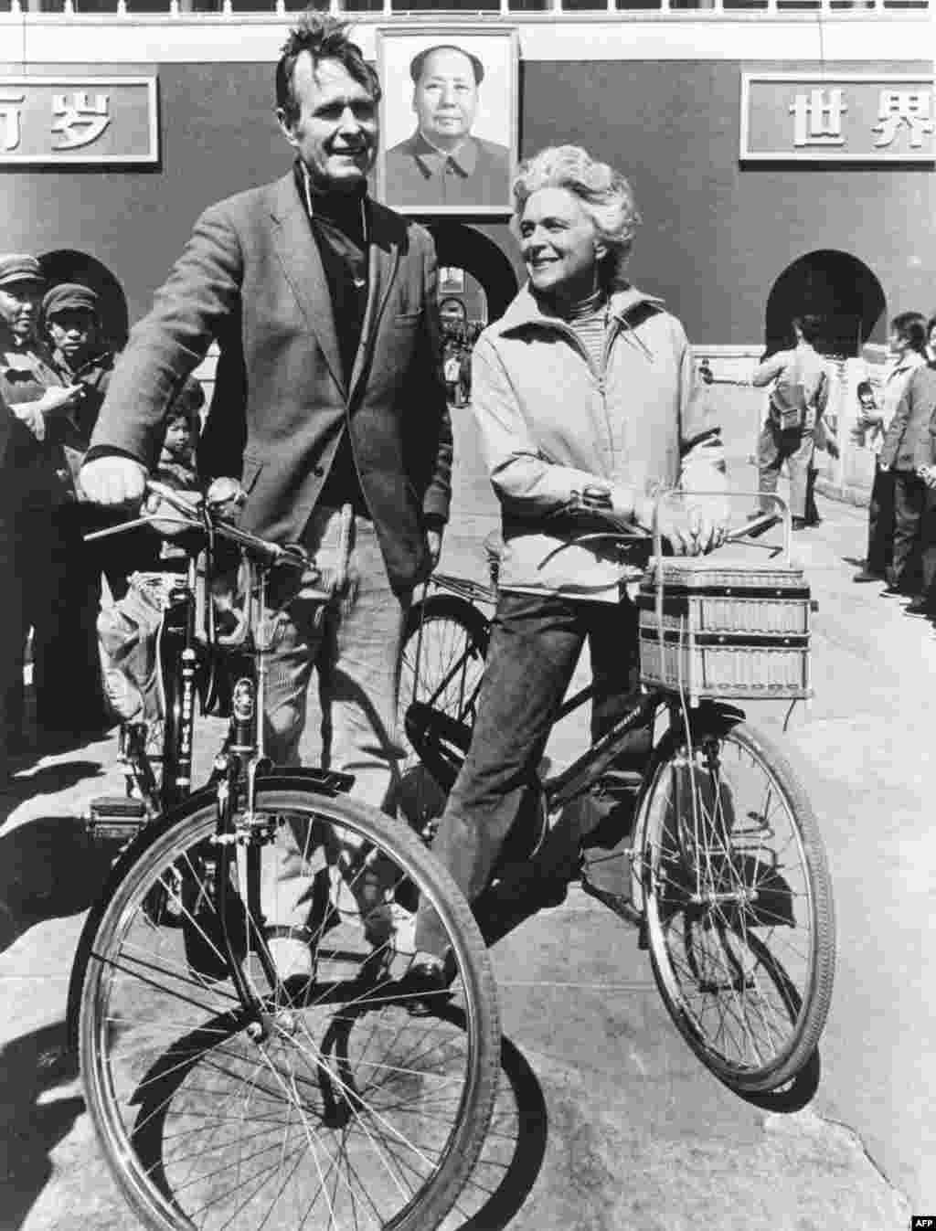 1974年美國駐北京聯絡處主任喬治·布殊(老布殊)和夫人騎自行車抵達北京天安門前。喬治•布殊(George HW Bush)在1974-1975間出使北京。布殊夫婦在北京時曾騎著自行車遊逛。後來布殊夫人在接受採訪時回顧那段歷史,提到當時的存車費是兩分錢。
