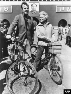 1974年美国驻北京联络处主任乔治·布什(老布什)和夫人骑自行车抵达北京天安门前。乔治•布什(George H. W. Bush)在1974-1975间出使北京。