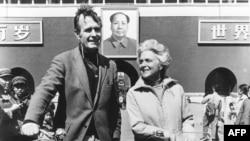 1974年美國駐北京聯絡處主任喬治•布殊(老布殊)和夫人騎自行車抵達北京天安門前。喬治‧布殊(George H. W. Bush)在1974-1975間出使北京。