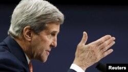 Menlu AS John Kerry memberikan kesaksian di depan para anggota DPR AS 24 Februari lalu (foto: dok).