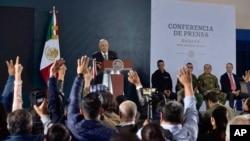 墨西哥总统奥布拉多在库利亚坎10月17日爆发大规模枪战后的第二天对记者发表谈话。