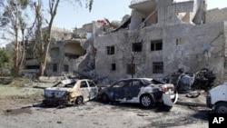 Một số xe bị phá trên đường đi sân bay ở đông nam Damascus, Syria, 2/7/2017