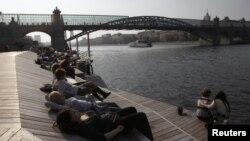 В парке имени Горького на берегу Москвы-реки