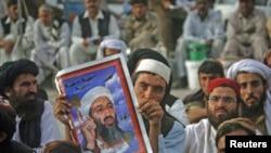 Magoya bayan jam'iyyar addini ta Jamiat-e-Ulema-e-Islam na rike da hoton hoton Osama bin Laden a yayin gangamin nuna kin jinin Amurka a birnin Quetta kasar Pakistan