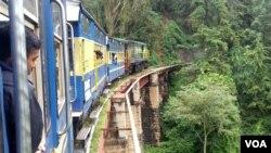 被纳入世界文化遗产的印度内尔吉里山地火车建于1908年,全程26公里,列车上坡行驶耗时4.8小时。印度全国铁路网的火车平均时速为接近60公里/小时。(美国之音朱诺拍摄)