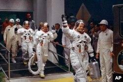 نیل آرمسٹرانگ، مائیکل کولنز اور بز ایلڈرن 16 جولائی 1969 کو اپالو مشن کے لیے روانہ ہو رہے ہیں۔