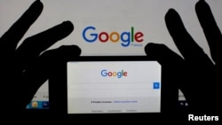 A smart phone displays the Google home page, in this picture illustration taken February 24, 2016. (REUTERS/Eric Gaillard/Illustration)