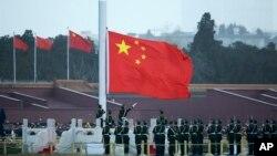 中國升旗唱中國國歌資料照。